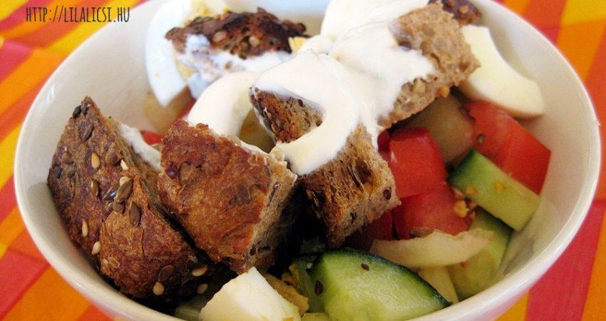 Saláta pirított kenyér kockákkal